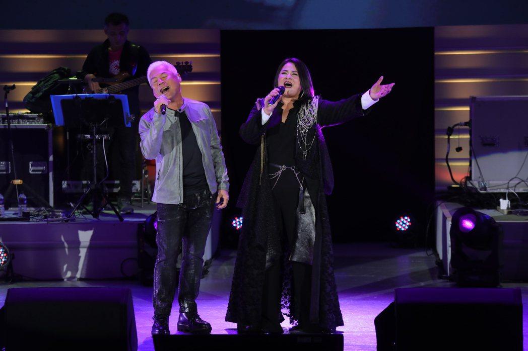 裘海正(右)演唱會,當年歌壇一起打拚的戰友巫啟賢擔任嘉賓。圖/海樂影業提供