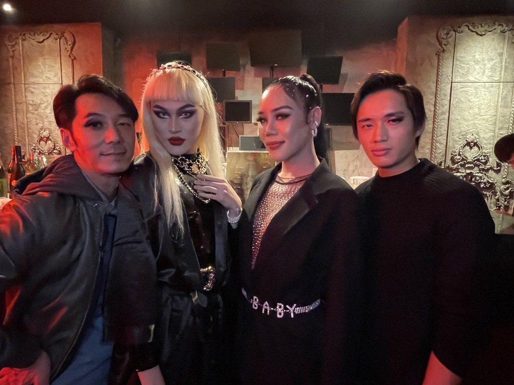 李李仁(左一)和陳澤耀(右一)應邀到Tiffany(右二)工作的夜店,並嘗試化上