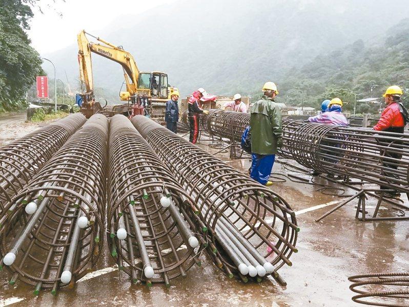 台鐵猴硐坍方段持續日夜搶修中。圖/台鐵提供