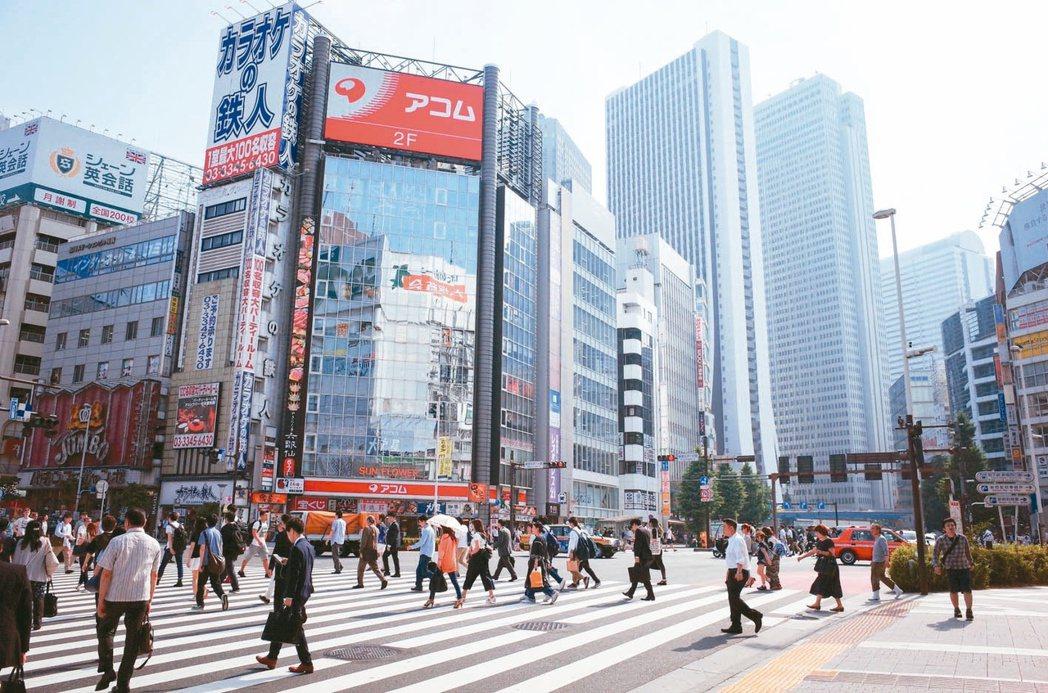 專家指出,東京地鐵網絡密集,日本民眾習慣沿著軌道居住,選地鐵周邊置產比公車站周邊...