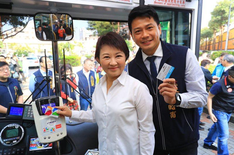 台中市長盧秀燕(左)的雙十公車優惠政策今年改採「市民限定」,交通局長葉昭甫(右)說已有117萬市民完成綁定。圖/台中市交通局提供
