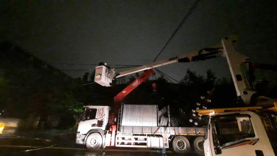 基隆六堵工業區千戶停電多已復電,晚間10時剩18戶沒電。圖/台電提供