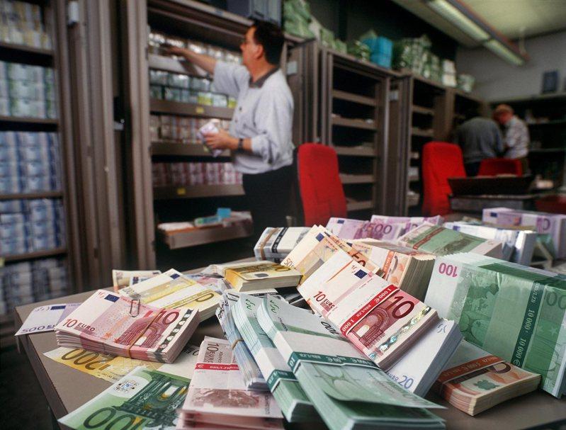 歐盟執委會擬採納一項官方政策報告書,尋求降低對美元的倚賴。 (美聯社)
