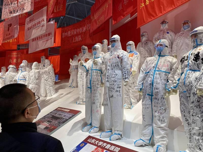 參觀群眾觀看武漢客廳的新冠疫情專題展內的醫護人員塑像。特派記者陳言喬/攝影