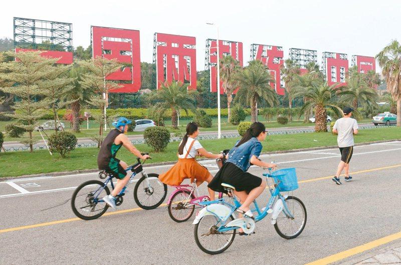 美國新總統拜登核心策士艾利森(Graham Allison)受訪表示,一國兩制已走到盡頭,但美國不會承認台灣獨立。圖為大陸街頭的一國兩制標語。本報資料照片