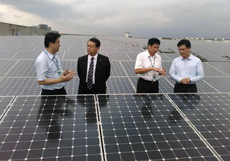 用電大戶應提供一定容量以上的再生能源發電設備,或購買一定額度再生能源電力及憑證。圖為友達光電廠房屋頂的太陽能設備。 圖/台中市經發局提供