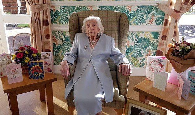 一名英格蘭的百歲老婦人,近日在醫院慶祝自己106歲生日,如今的她已兩度克服新冠肺炎病毒。圖擷自每日郵報
