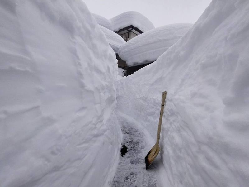 原PO用鐵鏟鏟雪,並坦言手工手鏟雪很累,甚至會拉傷肌肉。(Twitter)