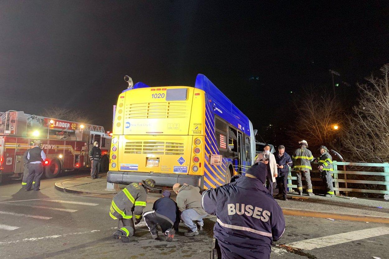 紐約聯結巴士無故撞毀 車頭懸掛15公尺橋上釀7死