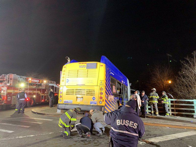日前美國紐約發生一起離奇的巴士交通意外,造成至少7人受傷。圖擷自CNN