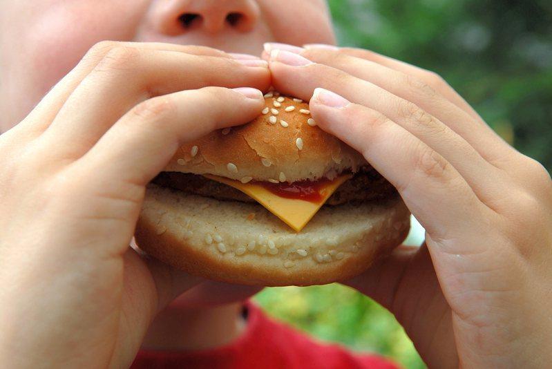 一名幼稚園女老師因休假日帶孩子到麥當勞吃雙層牛肉堡,竟遭到家長投訴。 示意圖。圖片來源/ingimage
