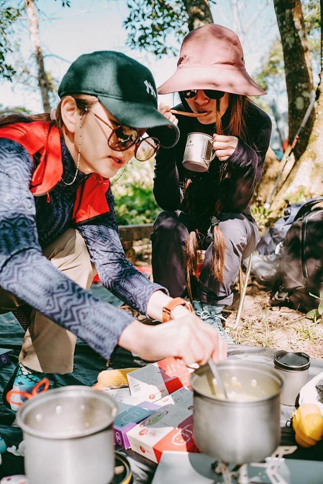 Hebe、Ella登山帶著Selina新推出的粥。 圖/擷自Hebe臉書