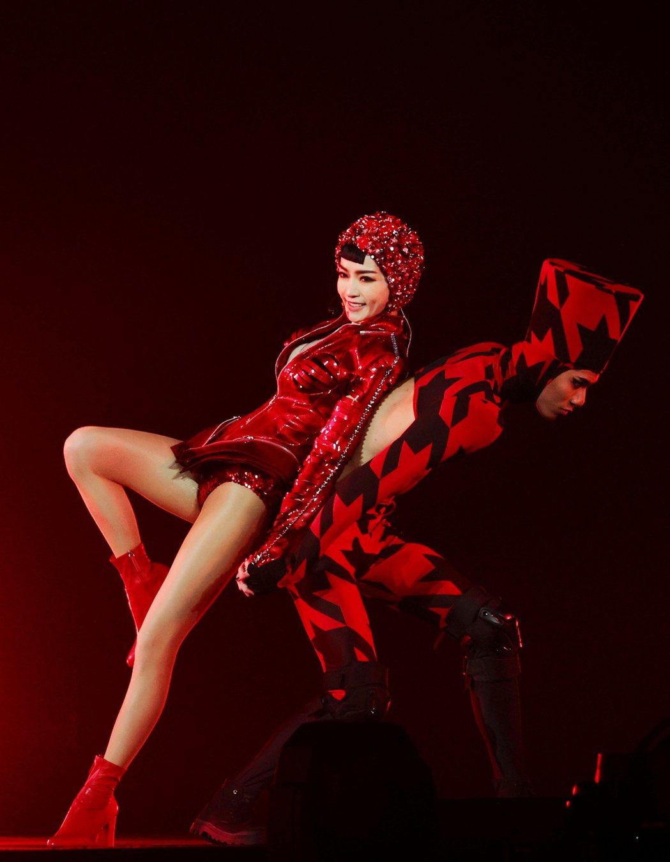 歌手謝金燕昨日於小巨蛋開唱,開唱舞蹈展現好身材。記者曾原信/攝影