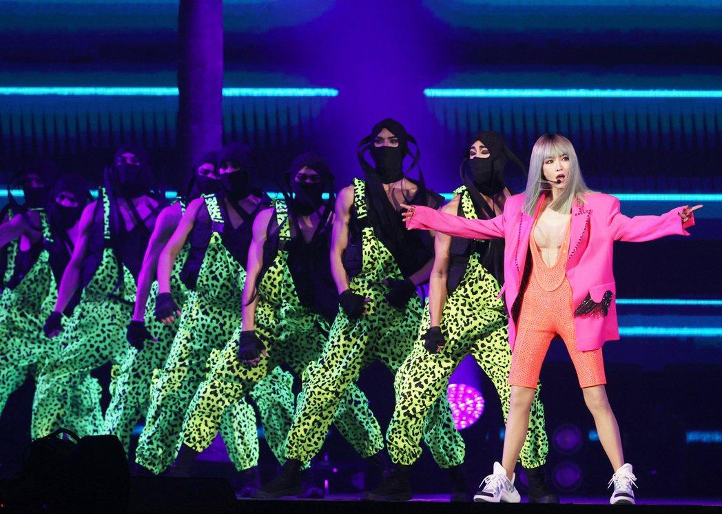 歌手謝金燕昨日於台北小巨蛋開唱,以亮麗穿搭搭配舞台炫麗燈光,跳出精彩舞曲。記者曾...