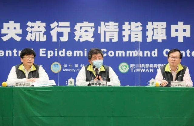 中央疫情指揮中心指揮官陳時中(中)說,院內感染「沒看到洞,但有一些細縫」,且直至...
