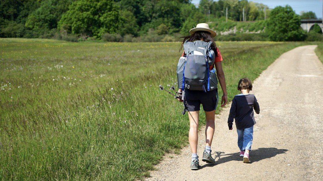 利安與參與的小孩一起走路。 圖/李欣澄攝影