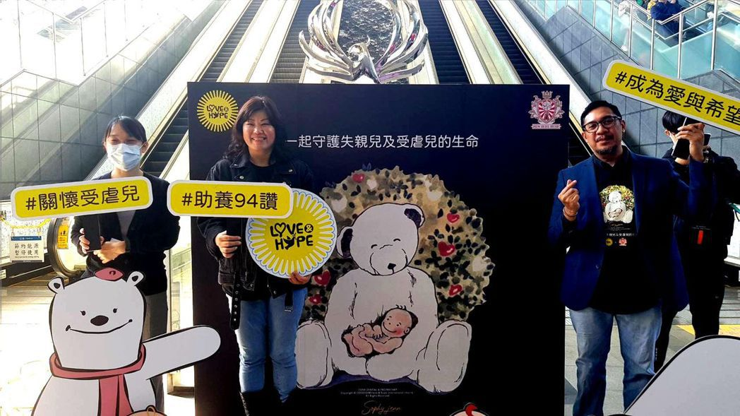 田安克博士(右)及妻子鄧馨庭(左二)不捨被社會遺棄的重殘受虐兒,發願創立協會以實...
