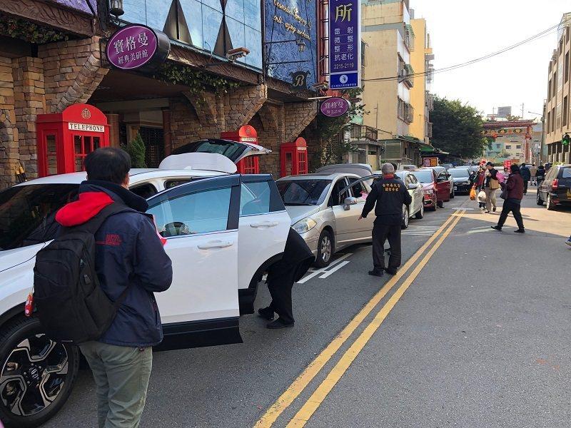 台中南天宮關聖帝君廟舉行「牛年汽車淨車過火」儀式。 蔣佳璘/攝影
