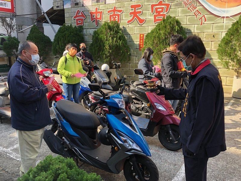 台中南天宮關聖帝君廟舉行「牛年機車淨車過火」儀式。 蔣佳璘/攝影