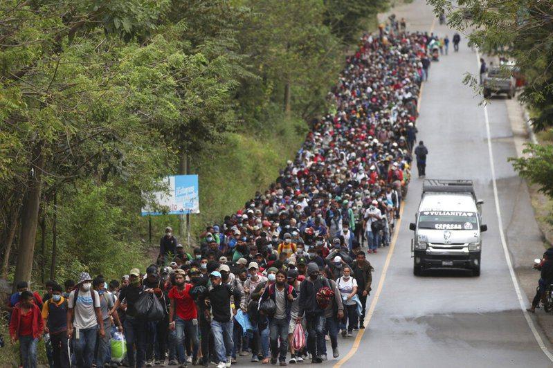 一路向北!瓜地馬拉官員今天表示,至少9000名宏都拉斯移民已進入瓜國,這批移民希望最終能進入美國。美聯社