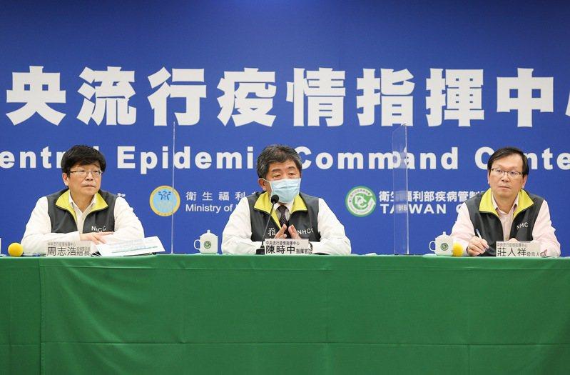 指揮中心指揮官陳時中(中)今天說,案852兩名有症狀的家人都有採檢,都是陰性。聯合報系資料照片/記者余承翰攝影