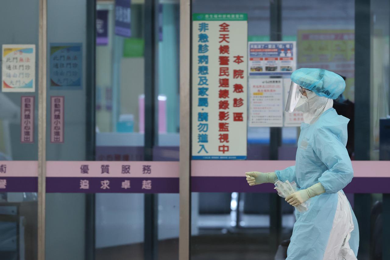 醫師染疫遭疑沒分艙分流 陳時中:人力有限將檢討