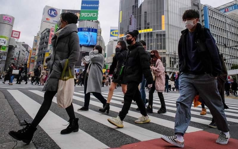 日本2019冠狀病毒疾病(COVID-19)疫情延燒,東京都今天新增1592例確診病例,再創週日新高紀錄。 法新社