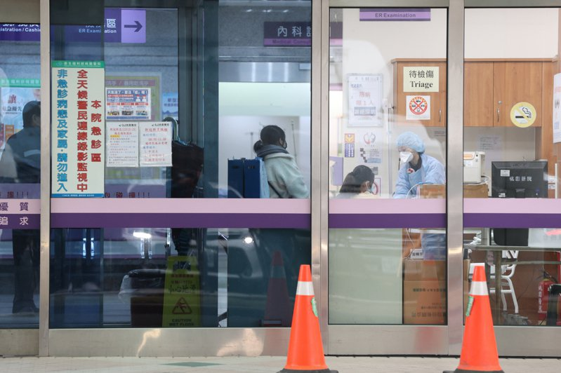 指揮中心今天說,該起群聚疫情要觀察到1月28日,目前醫院劃分區域、進出管制,疫情控制中,不考慮封院。記者葉信菉/攝影