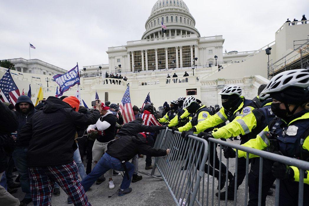 總統川普6日煽動支持者到國會山莊抗議,最終導致流血暴亂事件後,全美有57%的人希...
