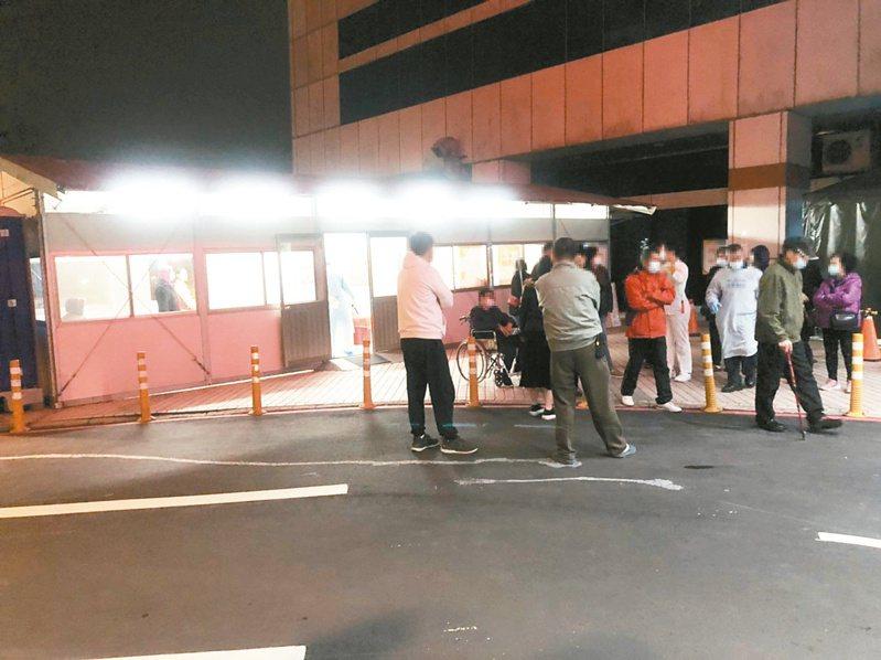 北部一家醫院昨晚急診室外設的戶外檢測站,突聚集近卅名民眾,表示臨時收到通知說要來採檢。記者曾健祐/攝影