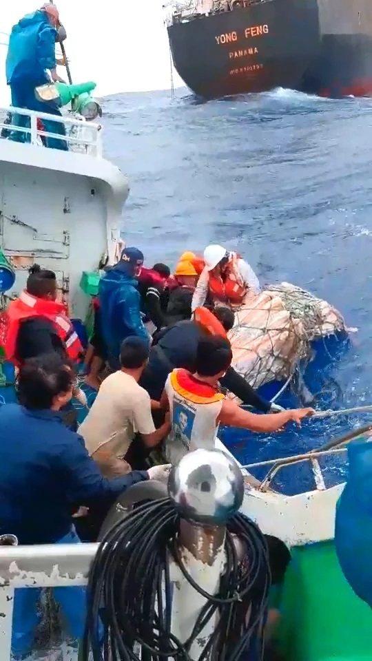 東港籍漁船「閩發漁」,在鵝鑾鼻東南方485浬、菲律賓以東海域處,協助巴拿馬籍貨船...