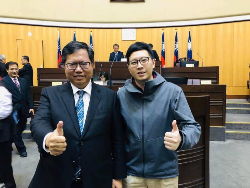 綠黨桃園市議員王浩宇(右)與桃園市長鄭文燦(左)合影。圖/取自王浩宇臉書