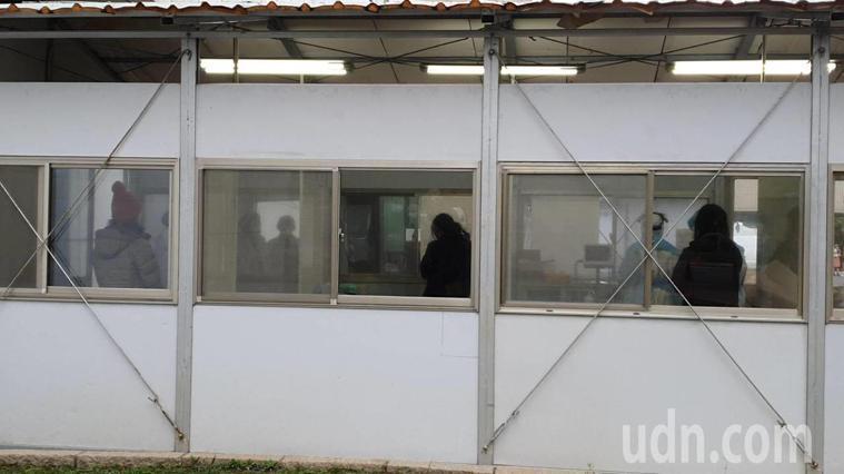 該醫院戶外採檢室陸續有人進行採檢。記者陳夢茹/攝影