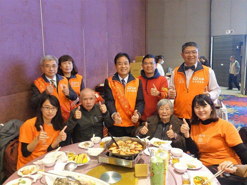 72歲身障的柯姓老翁(左四)第一次參加圍爐餐會。記者林敬家/攝影