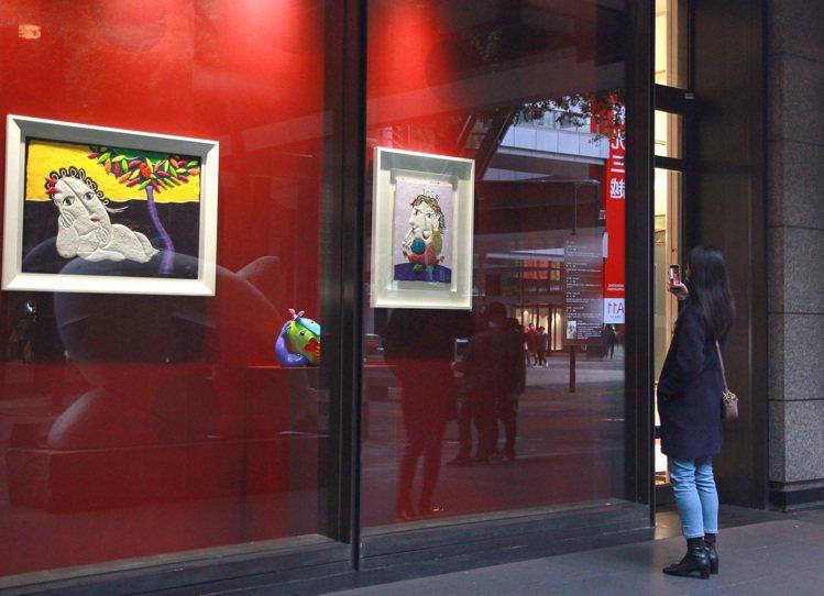 新光三越翻製5件皇‧雷普耶斯作品,在A9 2F空橋櫥窗展出。圖/新光三越提供