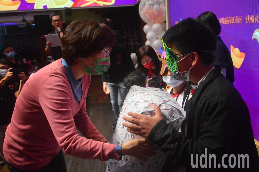 台東縣長饒慶鈴(左)致贈春節物資給戴面具的受助兒童。記者施鴻基/攝影