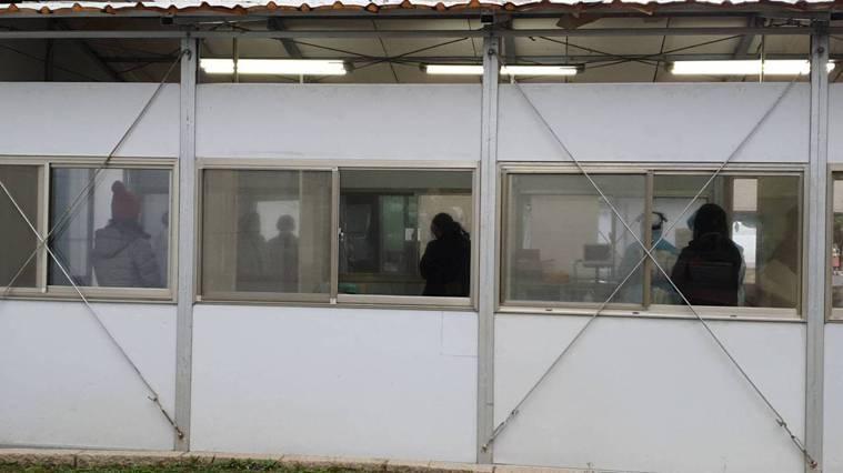 某醫院院內感染擴大,專家提醒,現階段防疫重點是要「防堵醫院感染往社區擴散」。記者...