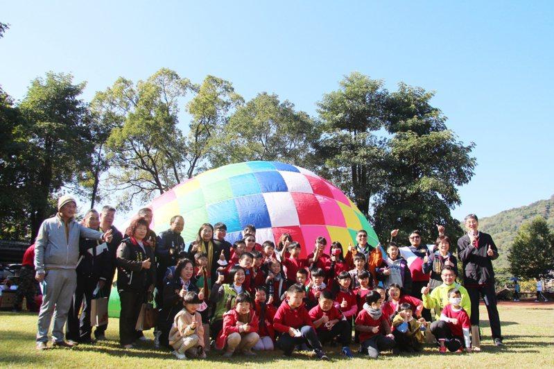 南投縣長福國小51周年校慶協調熱氣球入校升空,校內學生大開眼界。圖/長福國小提供