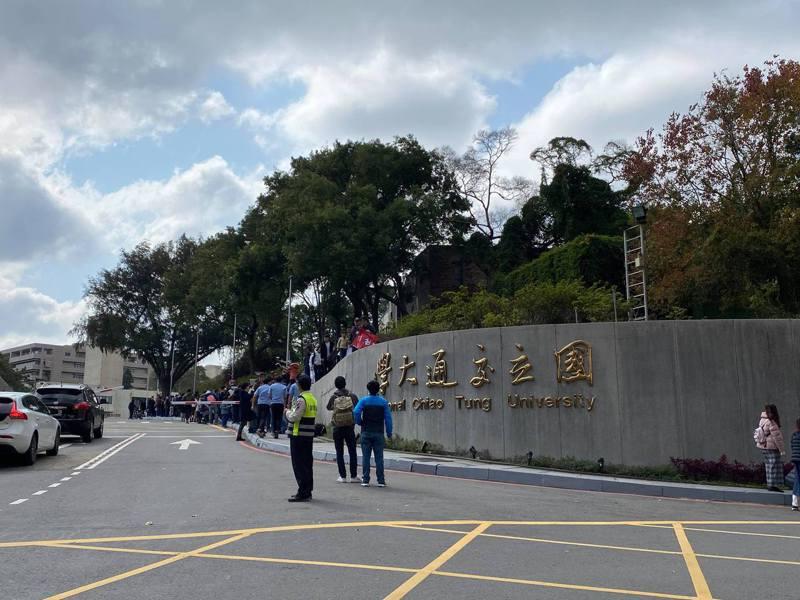 交大校銜名牌將拆除改為「國立陽明交通大學」,有校友在校門口等候超過1小時,只為和校門拍照。圖/讀者提供