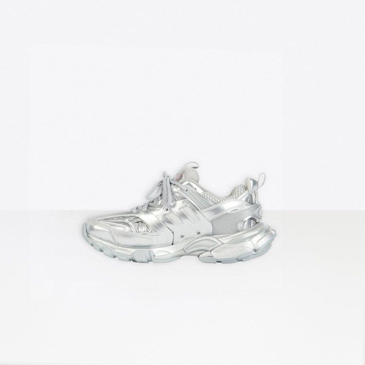 周杰倫搶先穿上的全新金屬銀Track運動鞋也同步發售中。圖/Balenciaga...