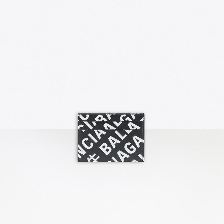以繁複的Balenciaga Logo搭配中文「牛」字的通體黑白印花,藏著細看讀...