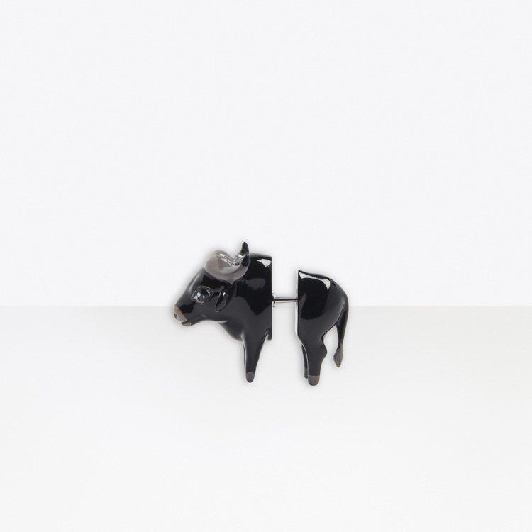 可愛的牛造型耳環同樣立體有趣。圖/Balenciaga提供