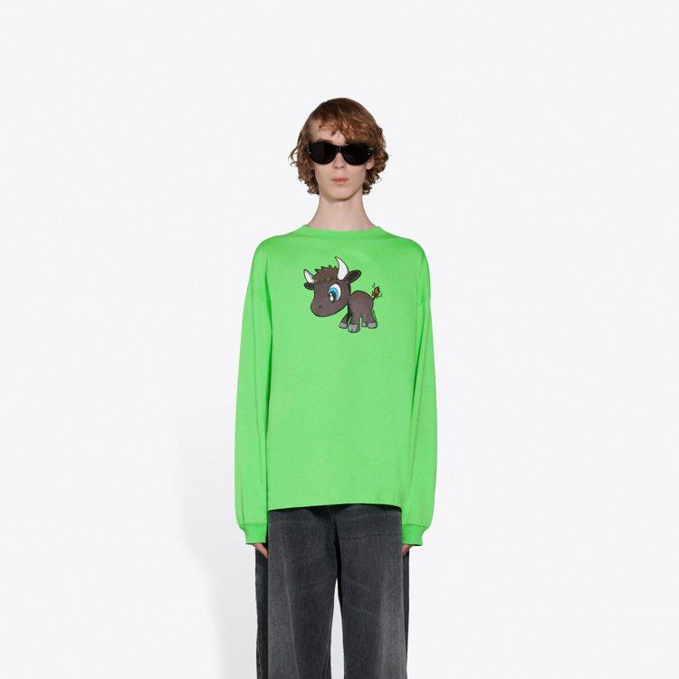 Balenciaga牛年新春膠囊系列服裝方面推出男女成衣像是雨衣外套、T恤、睡衣...