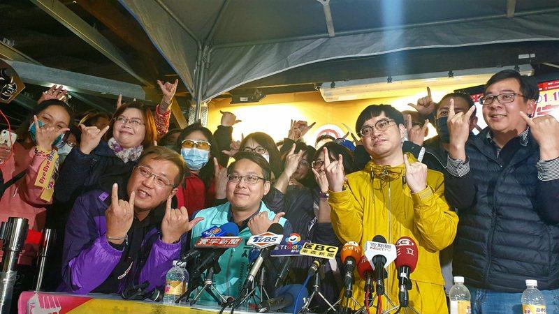 罷王總部昨晚熱情慶祝,總部也將還給房東。記者鄭國樑/攝影