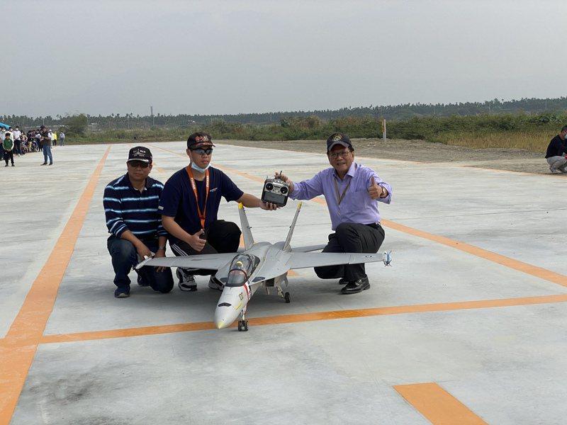 屏東縣竹田戶外公有遙控無人機考場兼休閒飛行今正式啟用,飛手歐俊瑋(中)與父親也是飛手歐長昇,操作F18航模飛行,飛行結束後與屏東縣長潘孟安合影。記者劉星君/攝影