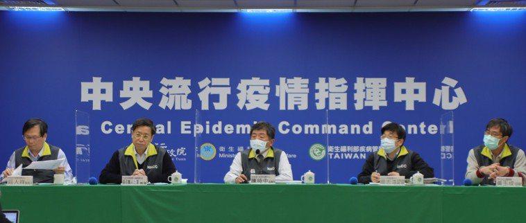 陳時中(中)表示,院內接觸者部分,居家隔離80人包括護理師40名集中檢疫,醫師2...