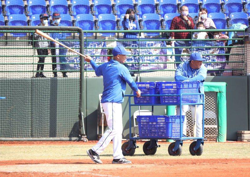 富邦悍將隊在嘉義市立棒球場春訓,開放球迷進場,守備教練鄭兆行指導內野守備接球訓練。圖/富邦悍將球團提供