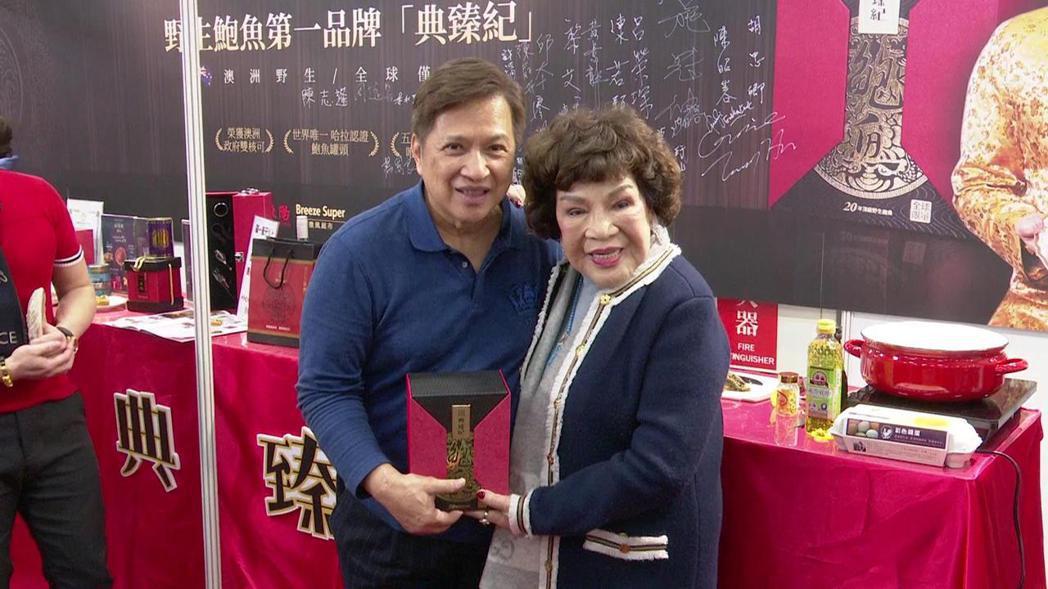 「阿姑」周遊(右)與老公李朝永出席食品品牌展覽活動。記者田俊彥/攝影