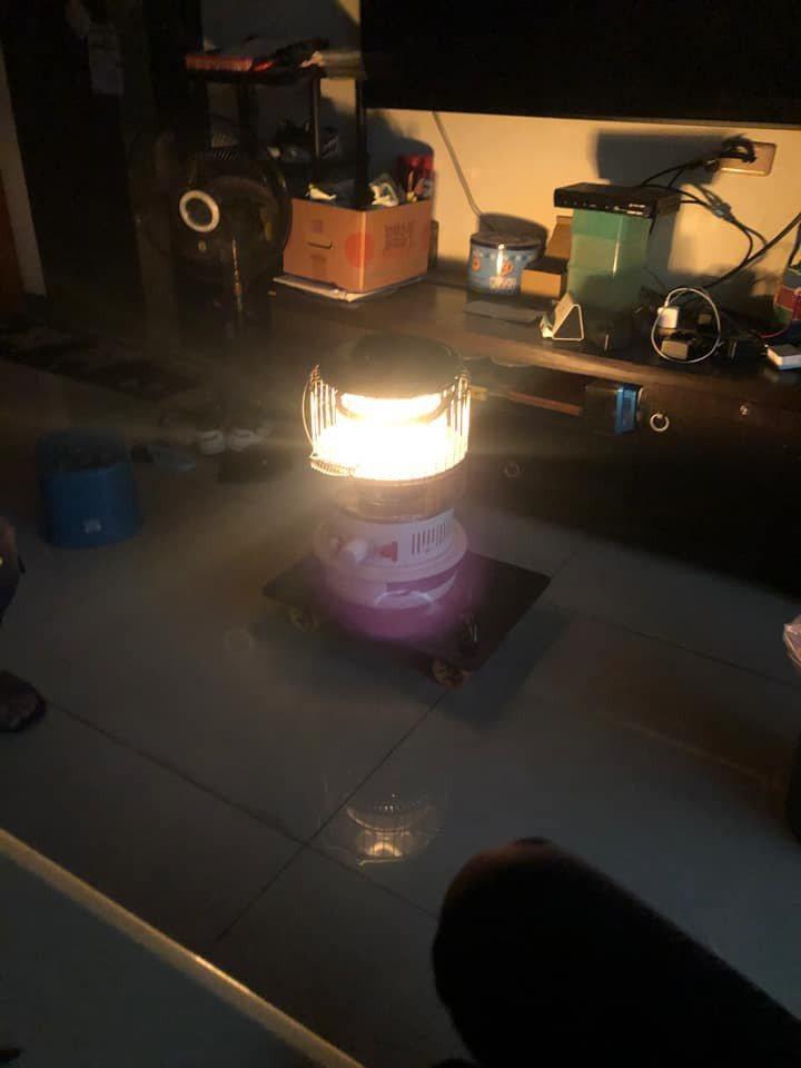林口下午4時許傳出大停電,停電區域一片漆黑,民眾甚至拿出煤爐、露營燈等應急。圖/陳柏凱提供