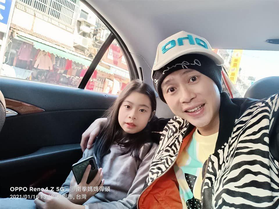 彈頭帶女兒去看「叱咤風雲」。圖/摘自臉書